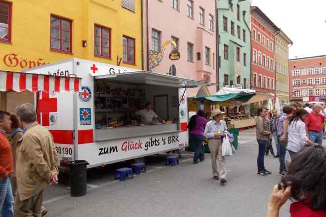 das Foto zeigt einen Glückshafen des BRK Kreisverband Rosenheim bei einer Veranstaltung