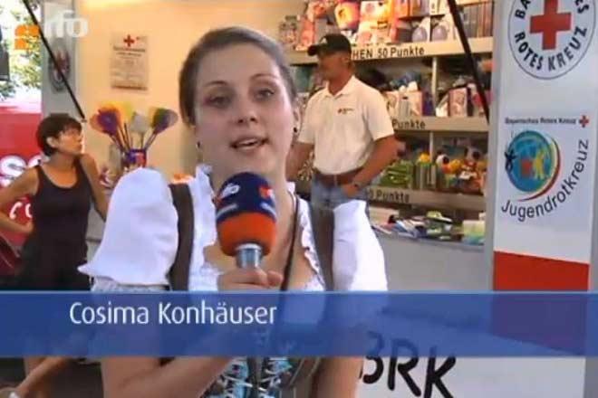 Reporterin des RFO berichtet über den Glückshafen des BRK-Kreisverbandes Rosenheim.