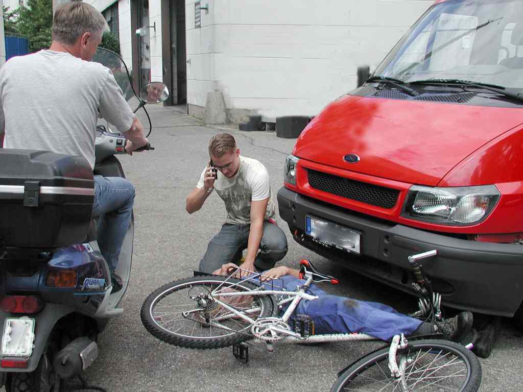Verkehrsunfall bei dem ein Radfahrer von einem roten Bus verletzt wurde