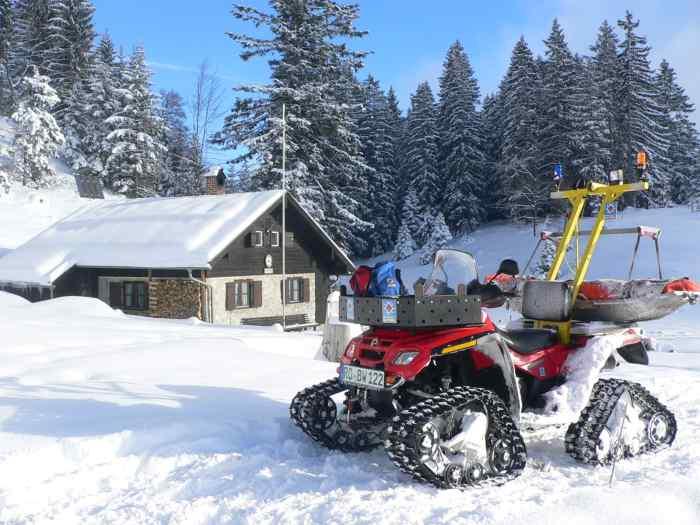Das ATV der Bergwacht an der Bergwachthütte am Brünnstein.