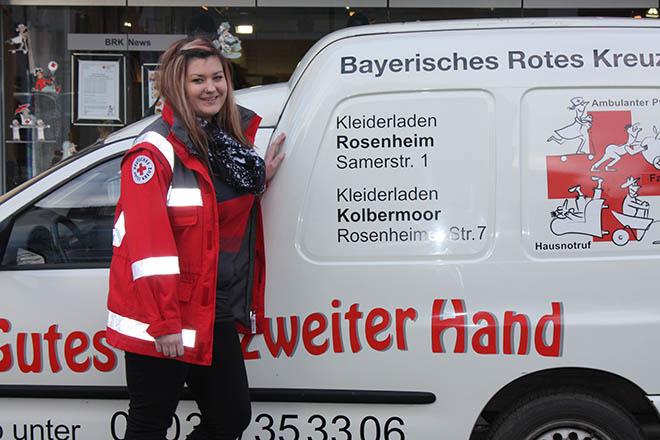 das Foto zeigt junge Frau im FSJ-Einsatz vor einem Kleiderladenfahrzeug