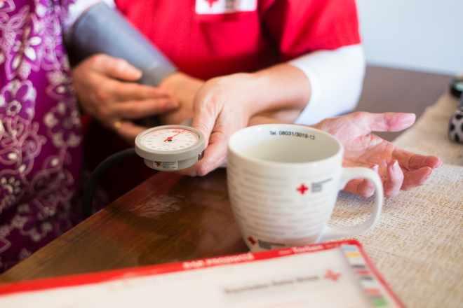das Foto zeigt zwei Pflegeschwestern des Roten Kreuzes