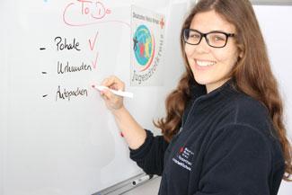 Felicitas schreibt am Whiteboard