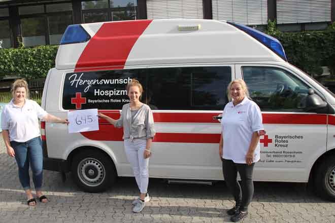 Foto zeigt Gitti Baumann, Anna Messerer und Sabrina Mentrup mit dem Hospizmobil