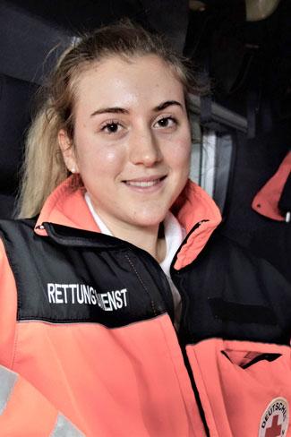 Das Foto zeigt Johanna in Rettungsdienstkleidung