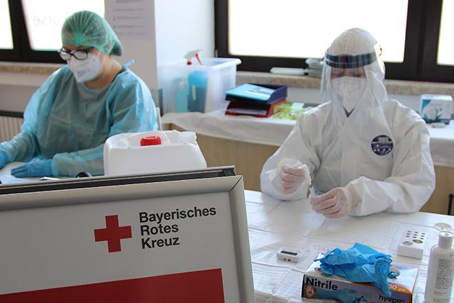 BRK Mitarbeiter bereit für Coronatestungen