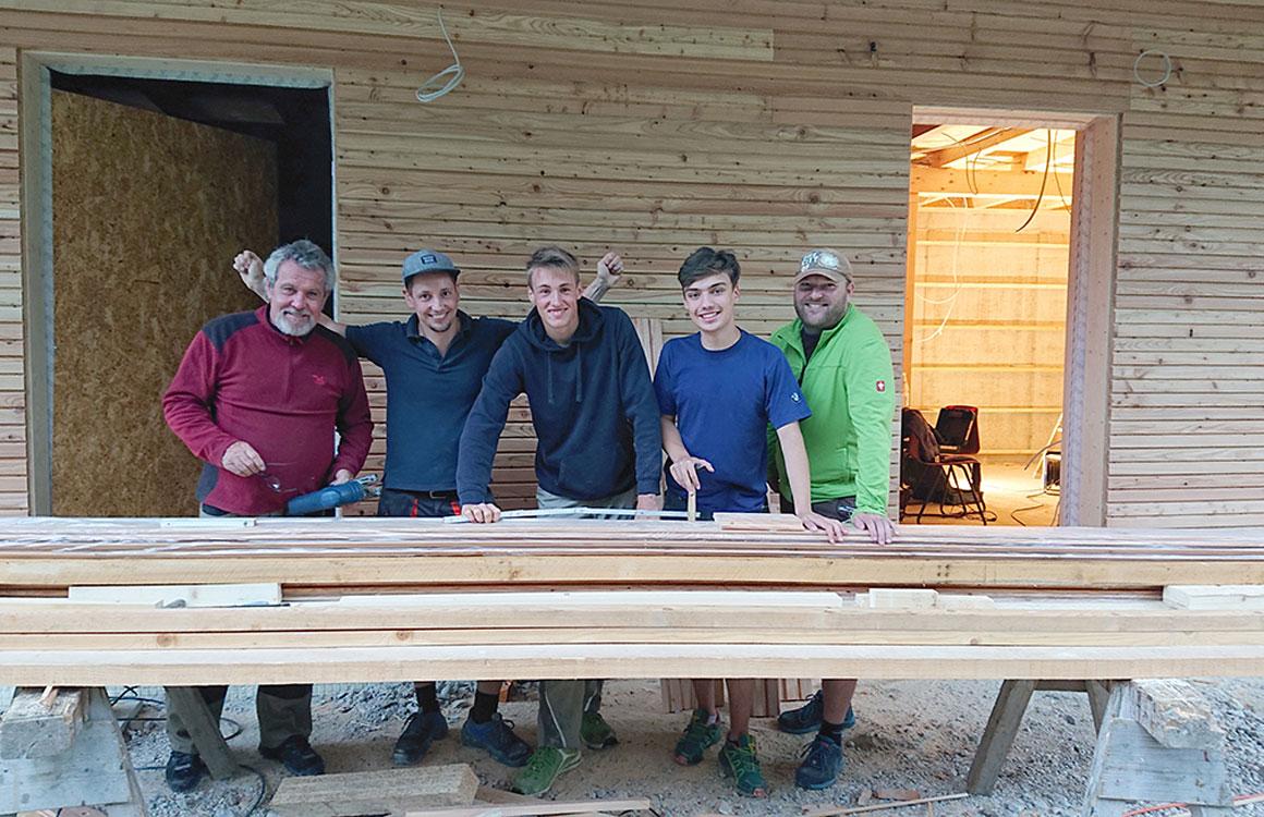Fleißige Helfer an der neuen Hütte am Luegsteinsee