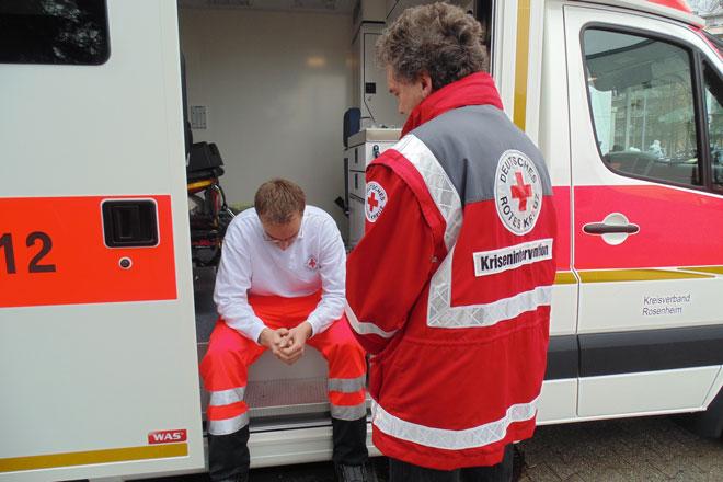 Horst Henke im Gespräch mit Rettungsdienstmitarbeiter