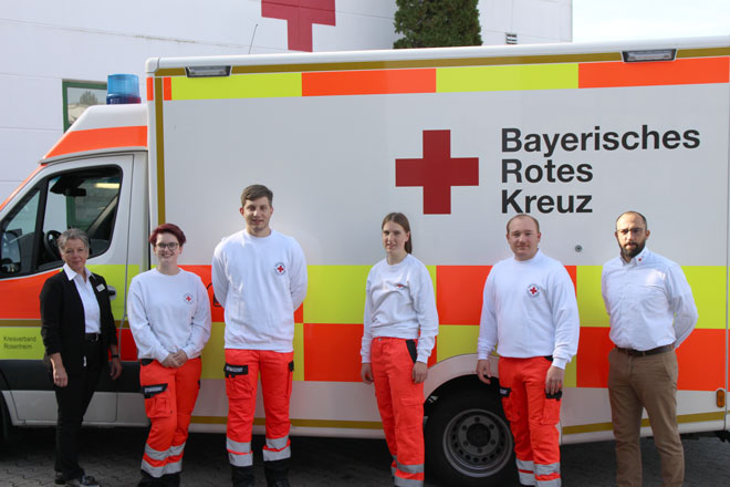 Die neuen Azubis mit Ausbildungsleiterin und stellvertretenden Leiter Rettungsdienst