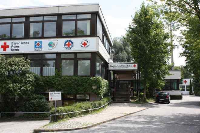Das Bild zeigt das Verwaltungsgebäude der Kreisgeschäftsstelle des BRK-Kreisverbandes Rosenheim in der Tegernseestraße 5 in Rosenheim.