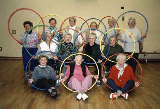 das Foto zeigt eine Gruppe älterer Damen bei der Gymnastik