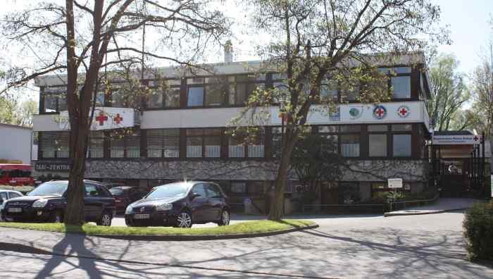Fotografie der Kreisgeschäftsstelle Rosenheim. Zu sehen ist ein Verwaltungegebäude mit Rotkreuzschriftzug.