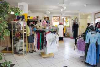 Das Bild zeigt Kleiderständer mit Kleidung.