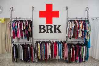 Das Bild zeigt das Logo des BRK mit Kleidung.