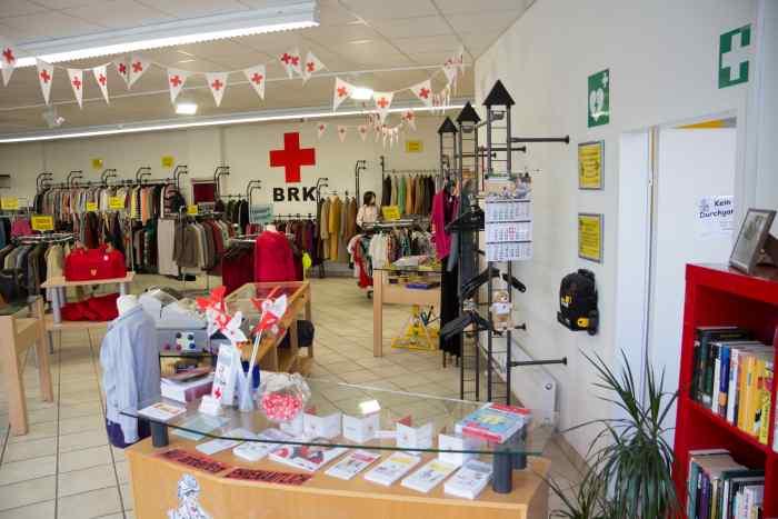 Der Kleiderladen Wasserburg bietet ein umfangreiches Sortiment an Second-Hand-Bekleidung.