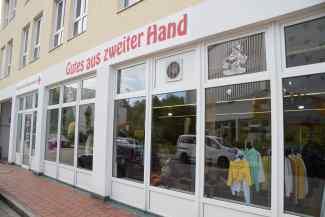 Das Bild zeigt den Kleiderladen von außen.