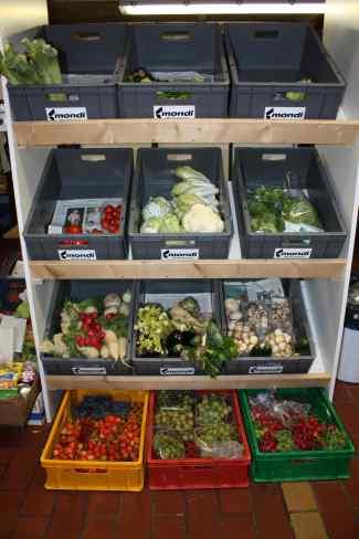 Das Bild zeigt teils gefüllte, teils leere Obst- und Gemüsekisten.