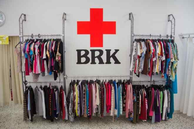 Das Bild zeigt das Brk-Logo und um das Logo viele Kleidungsstücke.