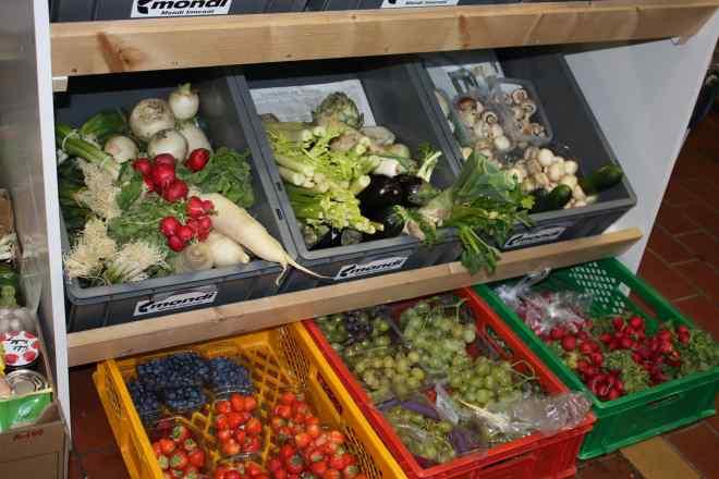 Das Bild zeigt Kisten, die mit Obst und Gemüse gefüllt sind.