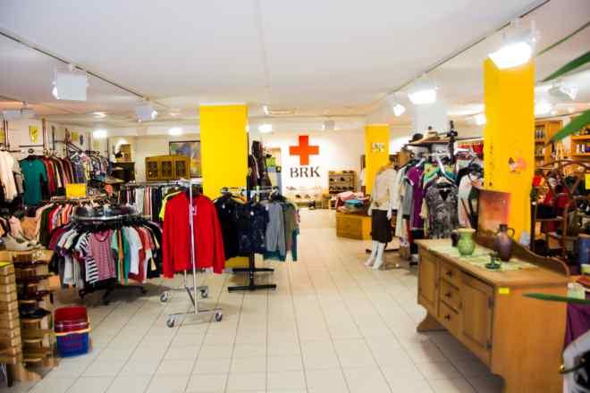 Das Bild zeigt eine große Fläche des Kleiderladens Kolbermoor mit vielen Kleiderständern.