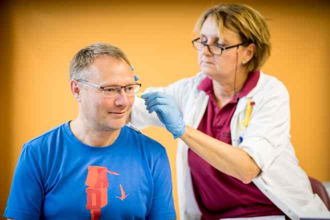 Das Bild zeigt einen Patienten und eine Ärztin.
