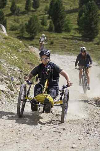 Das Bild zeigt einen Mann auf einem Handbike.