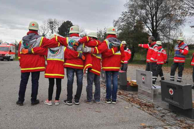 Das Foto zeigt eine Gruppe junger Ehrenamtlicher