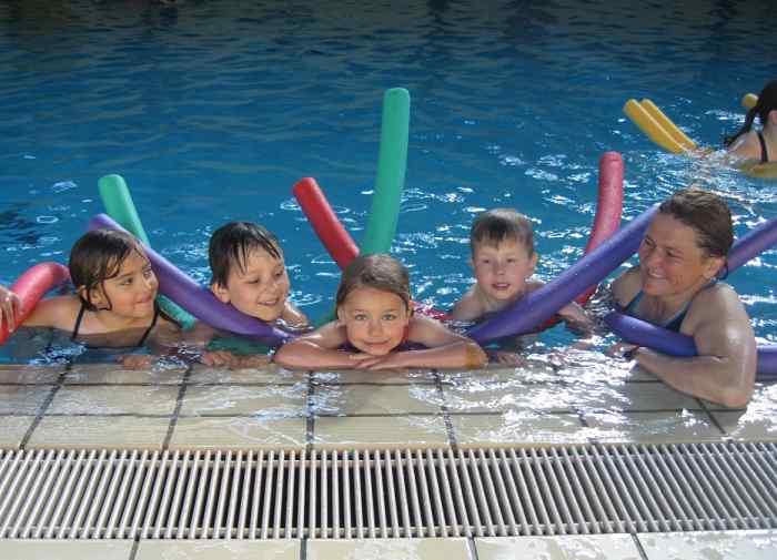 Die Wasserwacht lernt Kindern schwimmen