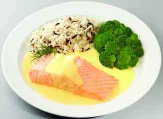 Fisch ist auf dem Teller mit Reis und Gemüse angerichtet.